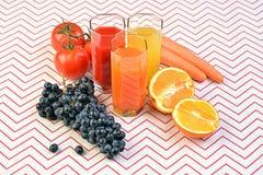 Fruit, groente, sap in glazen verse vruchten op lijst stock foto's