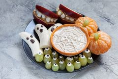 Free Fruit Halloween Treats. Banana Ghosts And Clementine Orange Pumpkins, Apple Monster Mounts And Spider Web Stock Images - 99635484