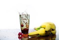 Fruit het Bespatten in glas water Stock Afbeelding