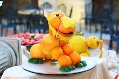Fruit het snijden van sinaasappelen en kalk stock foto