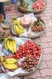 Fruit het verkopen in Vietnam Stock Foto's