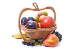 Fruit in houten vaas Stock Afbeeldingen