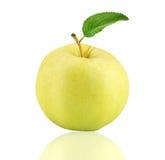 Fruit jaune de pomme avec la feuille Photos libres de droits