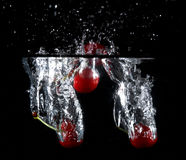 Fruit jeté dans l'eau Photos libres de droits