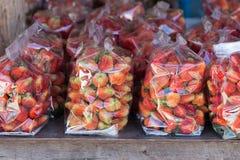 Fruit juteux de fraise dans le sachet en plastique photos libres de droits