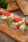 Fruit le plus brusque avec le fromage de framboise et blanc sur la BO en bois Photographie stock libre de droits