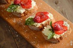 Fruit le plus brusque avec le fromage de framboise et blanc sur la BO en bois Photos libres de droits