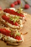 Fruit le plus brusque avec le fromage de framboise et blanc sur la BO en bois Photos stock