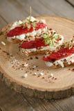 Fruit le plus brusque avec le fromage de framboise et blanc sur la BO en bois Photo stock
