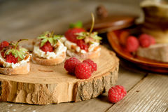 Fruit le plus brusque avec le fromage de framboise et blanc sur la BO en bois Images libres de droits