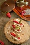 Fruit le plus brusque avec le fromage de framboise et blanc sur la BO en bois Photo libre de droits