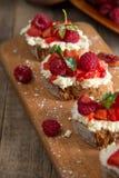 Fruit le plus brusque avec le fromage de framboise et blanc sur la BO en bois Images stock