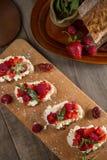 Fruit le plus brusque avec le fromage de framboise et blanc sur la BO en bois Image stock