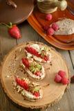 Fruit le plus brusque avec le fromage de framboise et blanc sur la BO en bois Image libre de droits