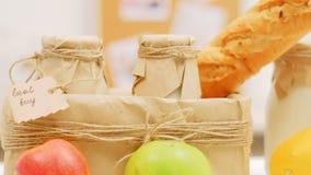 Fruit local de lait du marché d'agriculteur de produit biologique d'achat banque de vidéos