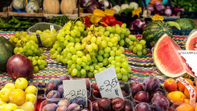 Fruit mélangé à un marché Photo stock