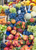Fruit mélangé à un marché Photos stock