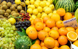 Fruit mélangé à un marché Photographie stock libre de droits