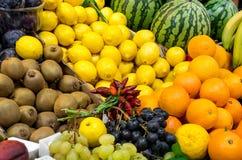 Fruit mélangé à un marché Images libres de droits