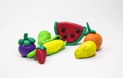 Fruit mélangé de moule d'argile sur le fond blanc , main d'enfant Photographie stock