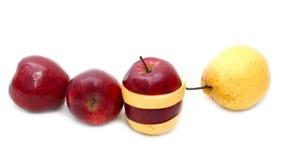 Fruit mélangé frais sur le fond de whith images libres de droits