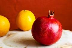 Fruit mûr de grenade sur en bois Grenade rouge de jus sur le fond foncé Grenade juteuse fraîche - vue supérieure entière Pomegr j Photos stock