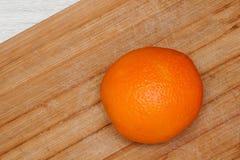 Fruit mûr orange sur le conseil en bois dans la cuisine photos stock