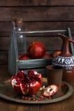 Fruit mûr de grenade sur le fond en bois de vintage Grenade rouge de jus sur le fond foncé Grenade juteuse fraîche - Photos stock