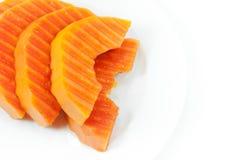 Fruit mûr de papaye coupé en tranches sur un plat blanc sur le blanc image libre de droits