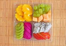 Fruit in meeneem plastic doos Stock Foto