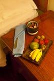 Fruit op bedkast Stock Afbeeldingen