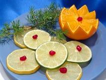 Fruit op blauwe plaat Stock Foto's