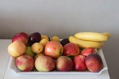 Fruit op dienblad stock afbeelding