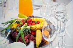 Fruit op een glasschotel royalty-vrije stock afbeelding