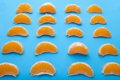Fruit orange de tranches de mandarine ou de mandarine sur le fond bleu photos libres de droits