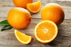 Fruit orange frais sur le fond en bois gris Photographie stock libre de droits