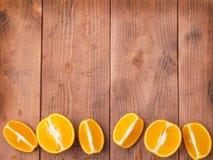 Fruit orange organique Tranches sur le fond en bois Photo libre de droits