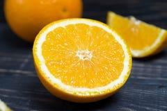 Fruit orange sur le fond en bois brun Photo libre de droits