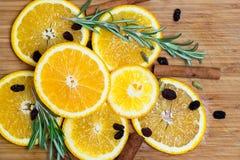 Fruit orange sur le fond en bois brun Image libre de droits
