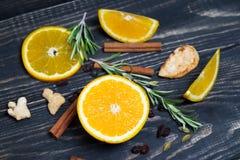 Fruit orange sur le fond en bois brun Images libres de droits