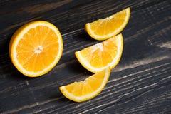 Fruit orange sur le fond en bois brun Photographie stock