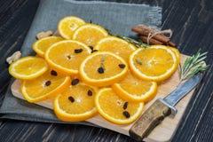 Fruit orange sur le fond en bois brun Photos stock