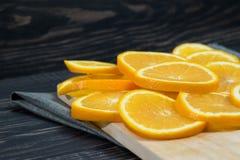 Fruit orange sur le fond en bois brun Images stock