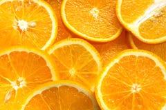 Fruit orange Tranches oranges, orange à moitié orange et entière, fond orange Photos libres de droits