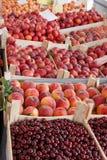 Fruit organique frais dans caisses Photo stock