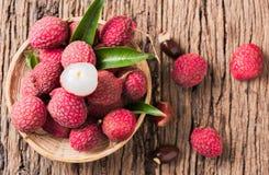 Fruit organique frais de litchi sur le panier en bambou Photo stock