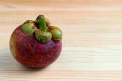 Fruit pourpre mûr de mangoustan sur le Tableau en bois, avec l'espace libre pour la conception Photographie stock