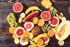 Fruit saisonnier frais juteux et coloré disposé sur la table en bois image libre de droits