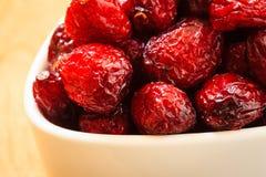 Fruit sec de canneberge dans la cuvette sur la table Photos stock