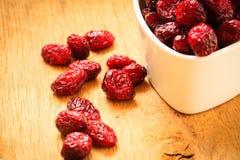 Fruit sec de canneberge dans la cuvette sur la table Photo libre de droits